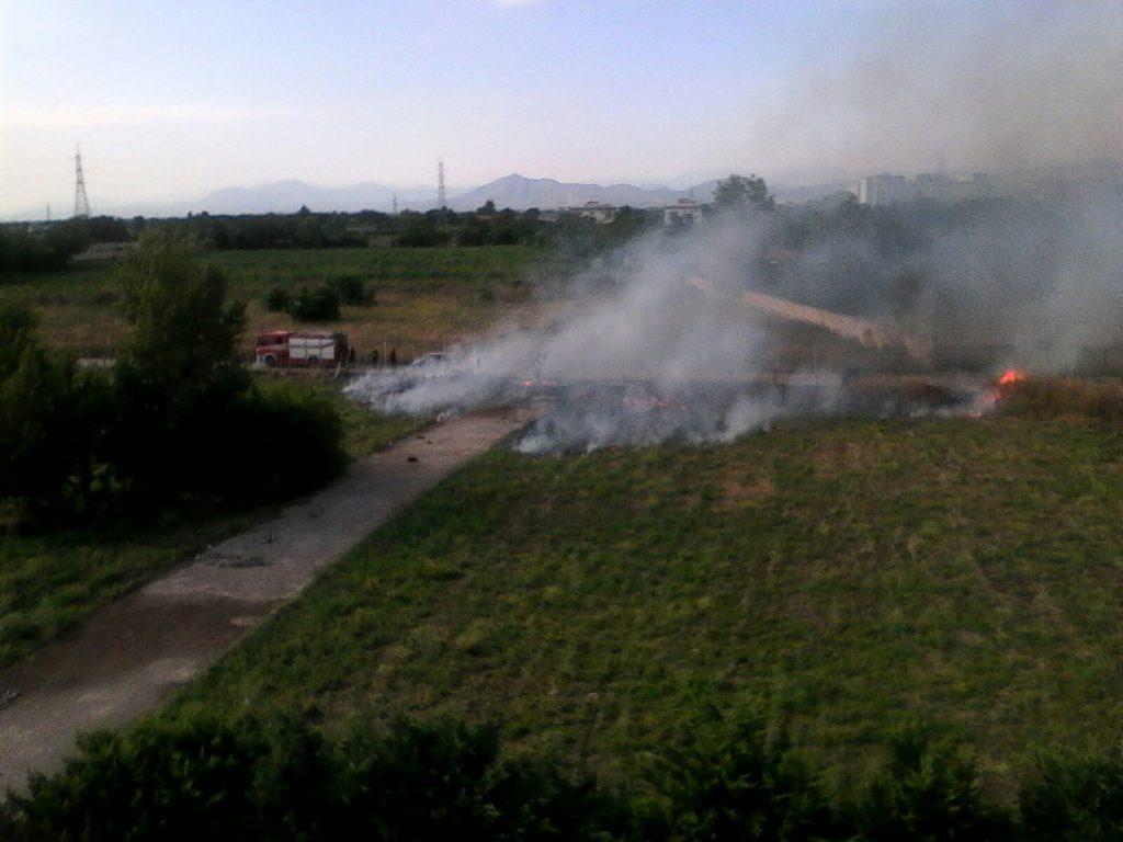 Incendio a Caivano nei pressi del Parco Verde. Inizia la stagione dei roghi...