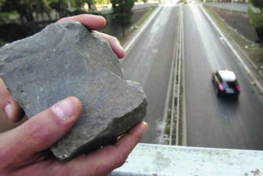Rapine a danno di automobilisti, attenzione al lancio della pietra