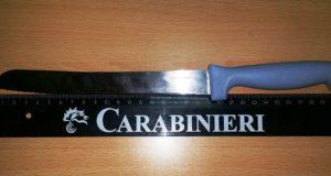 Ubriaco e armato di coltelli minaccia moglie e figlie. Carabinieri arrestano 45enne