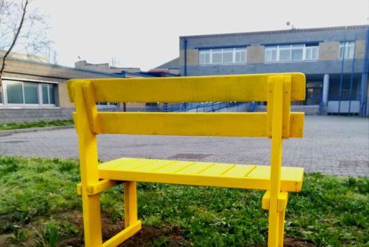 Milani: inaugurata la panchina gialla, simbolo contro il bullismo